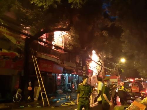Cháy lớn gần viện Nhi TW, cột khói bốc cao hàng chục mét