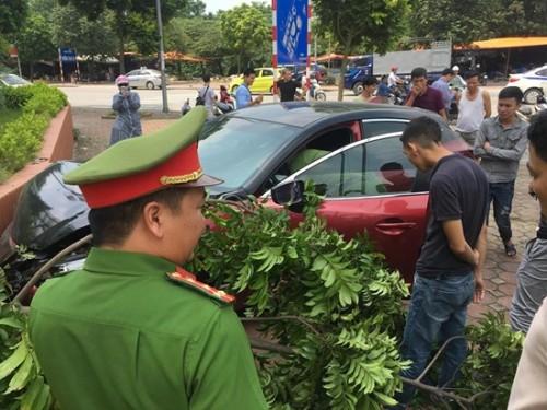 Vừa bị phạt 22,5 triệu đồng và trả lại xe, tài xế Mazda 3 lại tiếp tục gây tai nạn làm náo loạn đường phố Hà Nội
