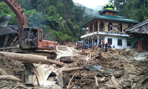 Lũ quét phá hủy 1 trường tiểu học, cuốn trôi 29 học sinh ở Indonesia
