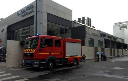 TPHCM: Hỏa hoạn bùng phát tại nhà kho phía sau cửa hàng Sài Gòn Ford, nhiều người hoảng hốt