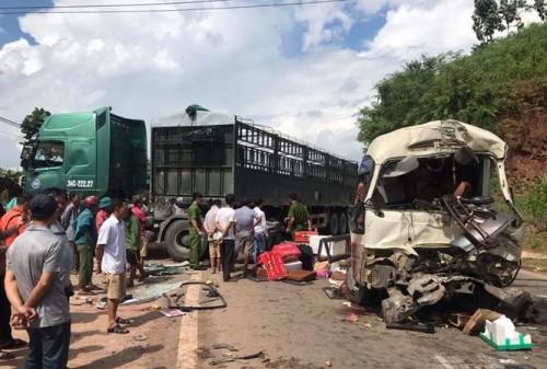 Sơn La: Xe khách tông xe tải làm ít nhất 12 người bị thương