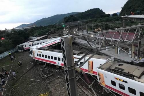 8 người trong một gia đình thiệt mạng trong vụ tàu hỏa trật đường ray ở Đài Loan