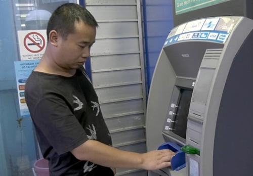 Bắt quả tang đối tượng người Trung Quốc dùng 102 thẻ ATM giả để rút tiền ở TP Lào Cai