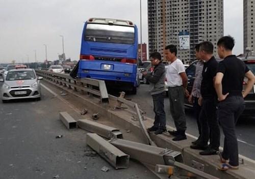 Hà Nội: Xe khách bất ngờ tông vào dải phân cách ở cầu Nhật Tân