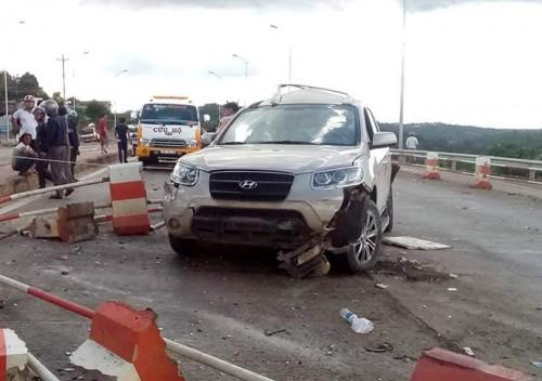 Ô tô 7 chỗ bị xe khách đâm biến dạng khi dừng mua vé qua trạm BOT, 3 người bị thương