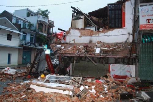 Huế: 2 người thoát chết khi nhà 2 tầng bất ngờ đổ sập