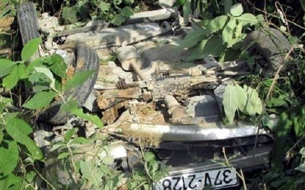 Nghệ An: Xe ô tô nổ lốp lao xuống vực, 5 người may mắn thoát chết