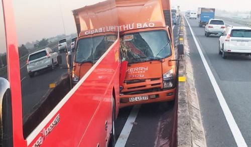 2 vụ tai nạn liên tiếp trên cao tốc Trung Lương, giao thông ùn ứ