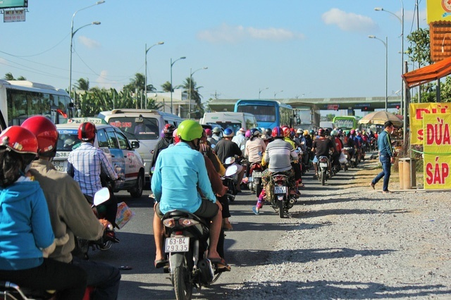 Ùn ứ phương tiện đường về TP HCM, BOT cầu Rạch Miễu phải xả trạm