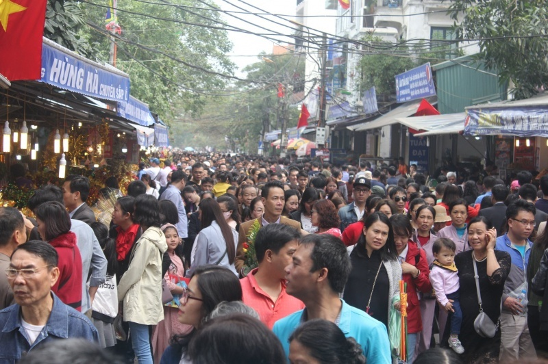 Hà Nội: Hàng ngàn người chen nhau đến phủ Tây Hồ đi lễ ngày đầu năm
