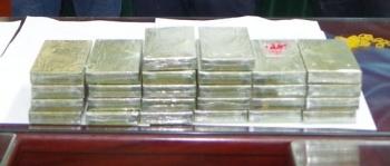 hoa binh bat giu 2 doi tuong van chuyen trai phep 35 banh heroin