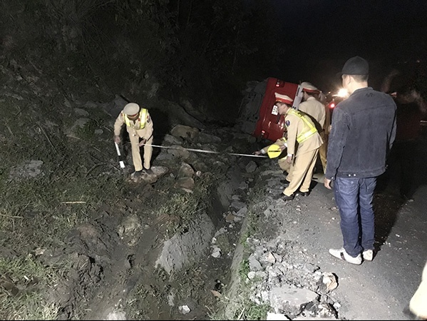 Xe khách bị lật trên đường Lào Cai - Sa Pa, 1 người bị thương nặng