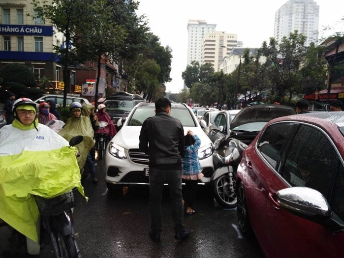 Hà Nội: Tài xế ô tô say xỉn đâm hàng loạt phương tiện đang dừng đèn đỏ