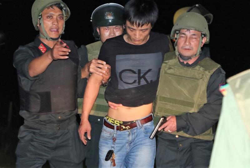 Bắt giữ nghi phạm buôn ma túy ôm lựu đạn cố thủ trong xe ôtô ở Hà Tĩnh