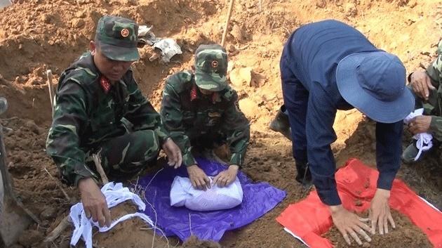 Quảng Trị: Phát hiện và cất bốc 21 hài cốt liệt sĩ bên bờ sông Thạch Hãn