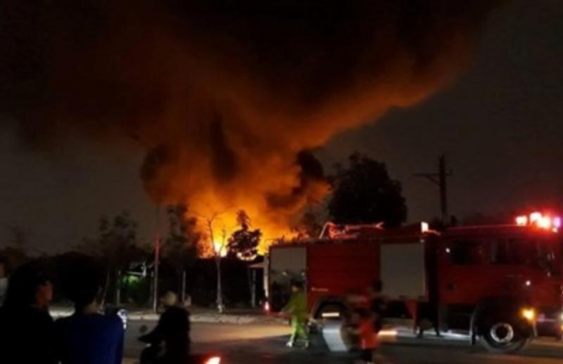 Hà Nội: Cháy lớn ở xưởng phế liệu tại làng Tân Triều