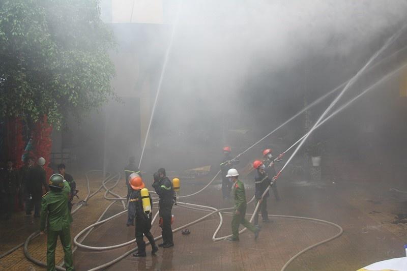 Cháy tổ hợp khách sạn-karaoke ở Vinh: 1 nữ nhân viên phục vụ tử vong do ngạt khói