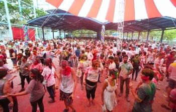ha noi hang nghin nguoi tham gia le hoi sac mau holi festival 2018