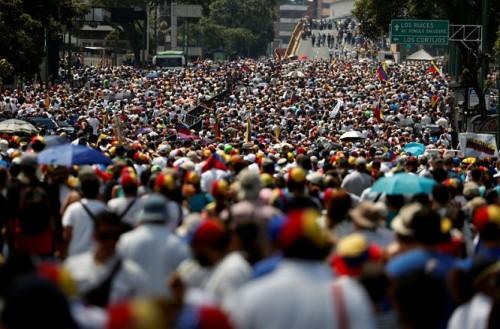 cang thang chinh tri tai venezuela dang cao hang chuc nghin nguoi xuong duong bieu tinh