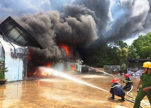 Bình Định: Cháy lớn ở nhà xường, hơn 400 người chiến đấu với 'biển lửa'