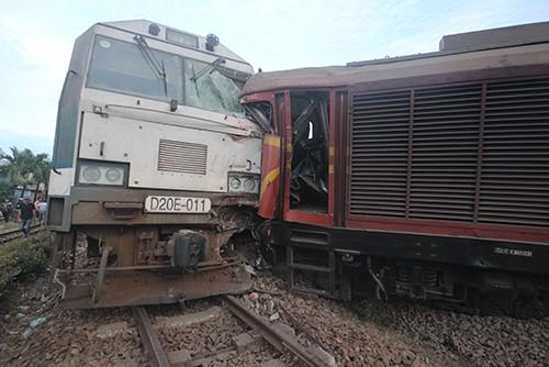 Quảng Nam: 2 đoàn tàu tông nhau, nhiều toa trật khỏi đường ray