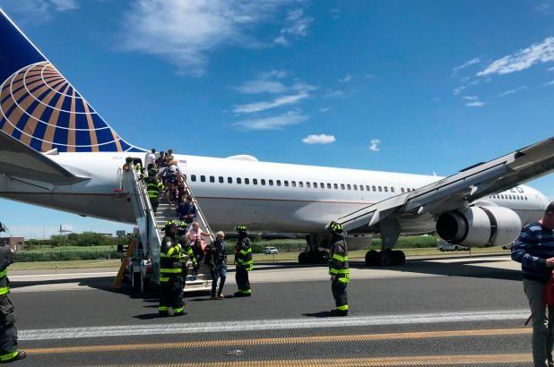 Máy bay Mỹ chở 166 hành khách gặp sự cố