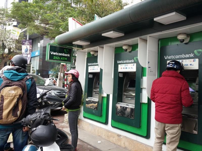 vietcombank bat ngo tang phi rut tien them 50 tai cac atm trong cung he thong