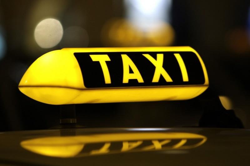"""GrabCar, taxi công nghệ sắp phải gắn hộp đèn với chữ 'TAXI' hoặc 'TAXI ĐIỆN TỬ"""" trên nóc xe?"""