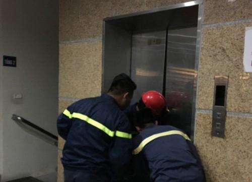 Thanh Hóa: Giải cứu 10 người kẹt thang máy trong toà nhà thư viện