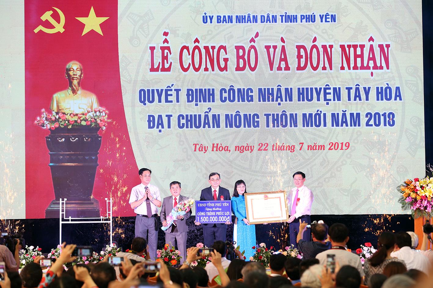 Tây Hoà trở thành huyện đầu tiên của tỉnh Phú Yên đạt chuẩn huyện nông thôn mới năm 2018