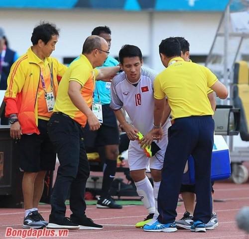 Dính chấn thương khá nặng trong trận gặp Olympic Nhật Bản, Tiền vệ Đỗ Hùng Dũng phải nhập viện