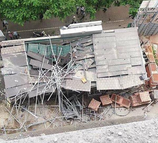 Cần cẩu công trình tại dự án The Sun Mễ Trì bị đứt cáp, vật liệu rơi xuống làm sập mái nhà điều hành, 1 người bị thương nặng