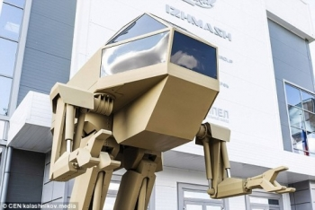 robot chien dau cao 4m di bang 2 chan vua duoc ra mat o nga
