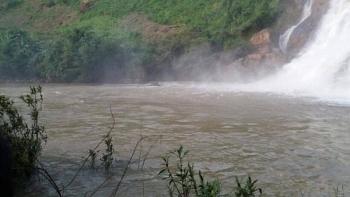 Gia Lai: Tìm kiếm 3 thanh niên bị nước cuốn mất tích khi tắm thác