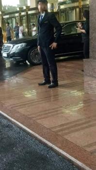 nghi van nhan vien khong cho phu nu tre em tru mua grand plaza hanoi hotel nhan chi trich gay gat