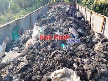 Bình Phước: Bắt xe container đổ trộm hàng chục tấn chất thải rắn nguy hại