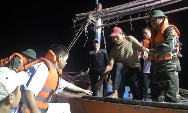 Quảng Nam: Đưa 12 ngư dân gặp nạn trên biển vào bờ an toàn