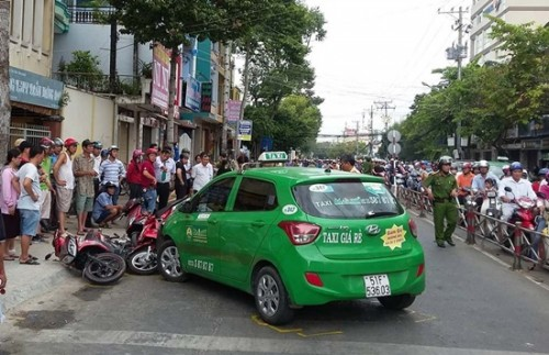 Taxi tông cả loạt xe máy đứng chờ đèn đỏ ở Tiền Giang, nhiều người hoảng hốt