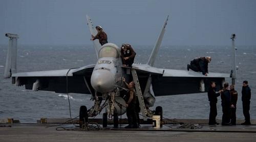 Máy bay chiến đấu đa năng Mỹ F/A-18 từ tàu sân bay USS Ronald Reagan bị rơi xuống biển