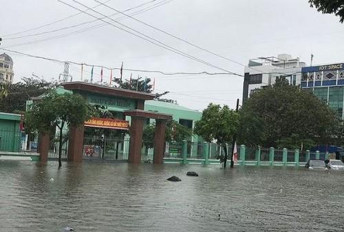 Hôm nay (10/12), gần 2.000 học sinh Đà Nẵng phải nghỉ học để đảm bảo an toàn vì mưa ngập