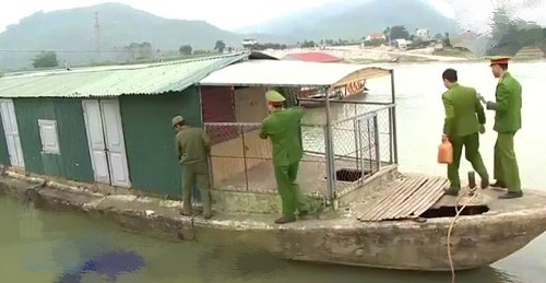 Thanh Hóa: Phá sới bạc trên sông Mã, thu giữ gần 100 triệu đồng tang vật