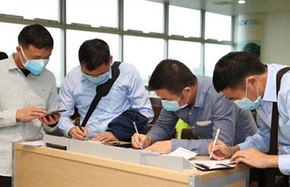 Người dân trở lại Hà Nội sau kỳ nghỉ Tết Nguyên Đán Tân Sửu 2021 phải khai báo y tế