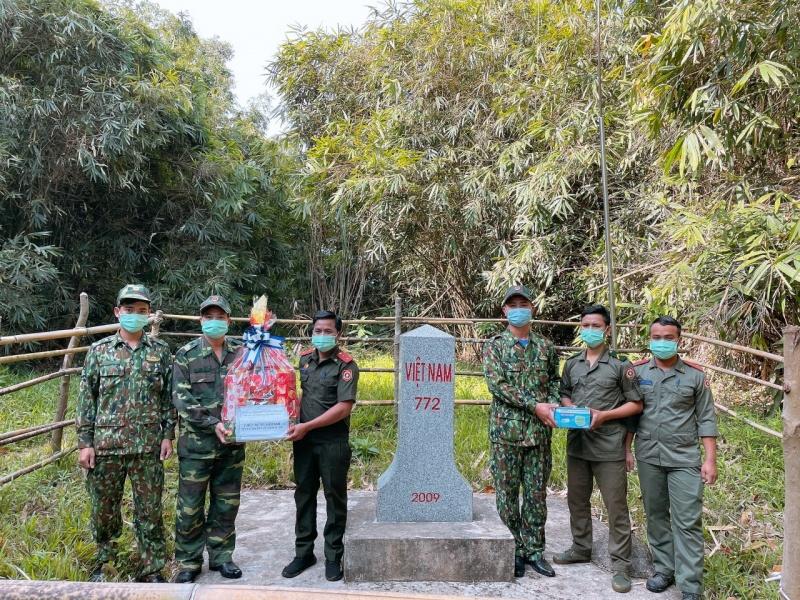 Các đồn biên phòng tặng quà, chúc mừng lực lượng bảo vệ biên giới của Lào, Campuchia nhân dịp Tết cổ truyền
