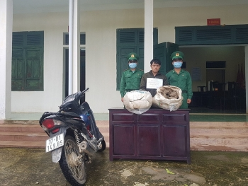 bat doi tuong van chuyen trai phep 100 kg thuoc bom
