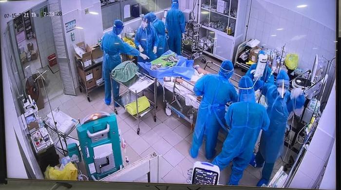 Nhiều bệnh viên cùng phối hợp để cứu sống mẹ con sản phụ nhiễm Covid-19 nguy kịch