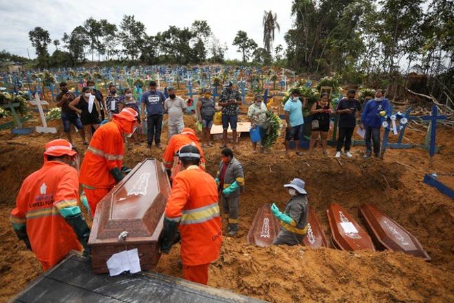 Đại dịch Covid-19 giết chết hơn 161.000 người Mỹ và hơn 100.000 người Brazil