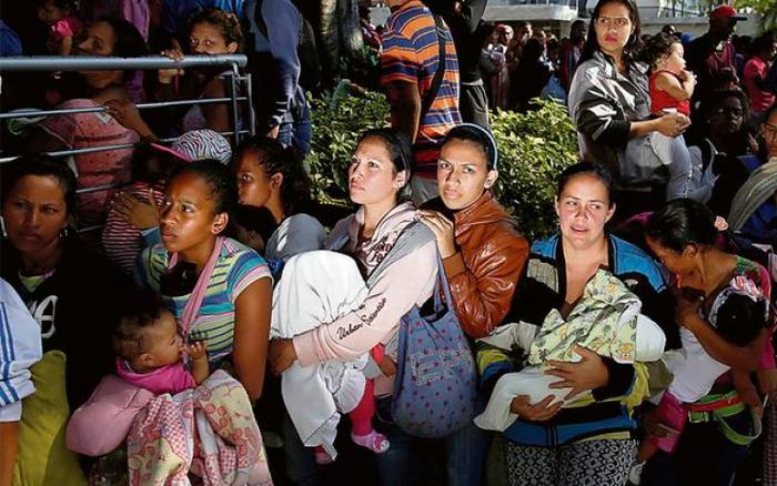 Phụ nữ, trẻ em tị nạn ở Venezuela lâm cảnh khốn cùng, bới rác tìm thức ăn