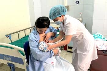 phu nu cho con bu co the tiem vaccine phong covid 19 va van tiep tuc cho con bu sau tiem