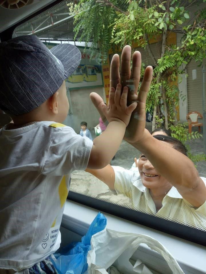 Ông bà ngoại bịn rịn vẫy tay chào cháu trai nhỏ qua cửa kính ô tô