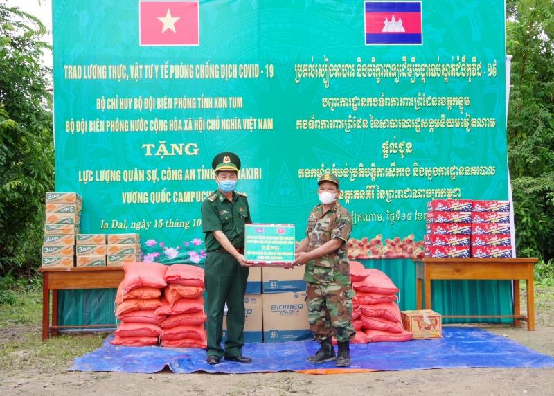 BĐBP tỉnh Kon Tum hỗ trợ lương thực, vật tư y tế cho Campuchia